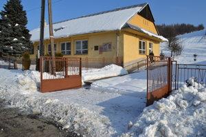 Do domu smútku museli odhrnúť sneh a vyčistiť cestu.