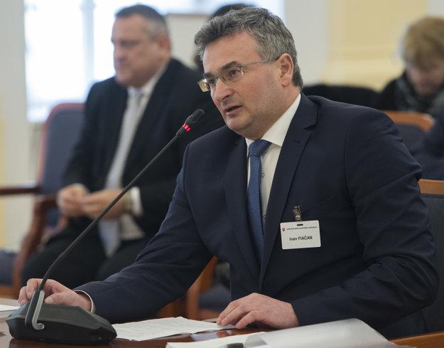 Ivan Fiačan počas vypočúvania pred výborom.
