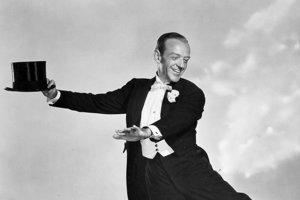 Legendárny Fred Astaire s cylindrom fenomenálne stepoval vo filme Top Hat.