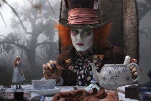 Johny Depp ako Bláznivý klobučník v Alici v krajine zázrakov.