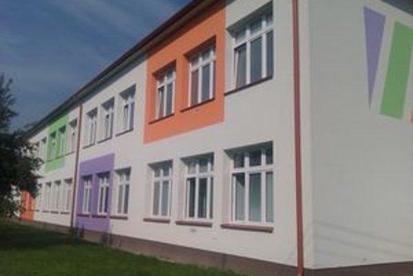Stará budova školy po rekonštrukcii vyzerá veľmi moderne.