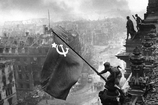 Vztyčovanie sovietskej vlajky nad berlínskym Ríšskym snemom.