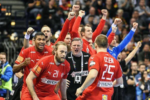 Reprezentanti Dánska oslavujú postup do finále majstrovstiev sveta v hádzanej v nemeckom Hamburgu 25. januára 2019.