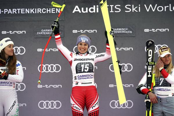Nicole Schmidhoferová (v strede) sa raduje z víťazstva.