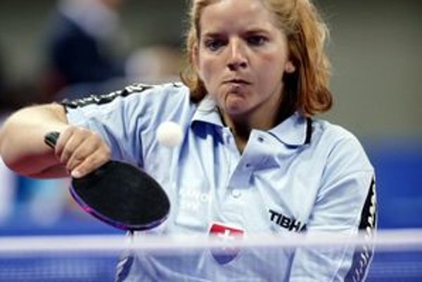 V semifinále svojej kategórie TT3 naša vynikajúca stolná tenistka, ktorá od štrnástich rokov je odkázaná na invalidný vozík, presvedčivo zdolala v troch setoch Rakúšanku Doris Maderovú.