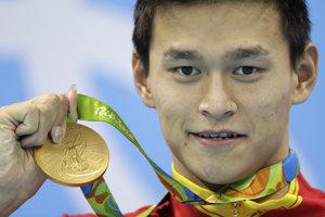 Čínsky plavec Sun Jang pózuje so zlatou medailou po víťazstve na 200 metrov voľný spôsob na OH 2016 v Riu de Janeiro 8. augusta 2016.