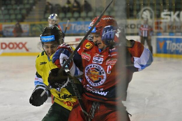 Michal Chovan (vpravo) zvádza pri mantineli súboj s hráčom Žiliny Petrom Beránkom.