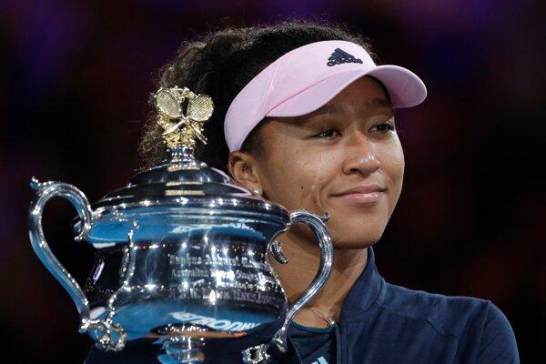 Naomi Osaková s víťaznou trofejou.