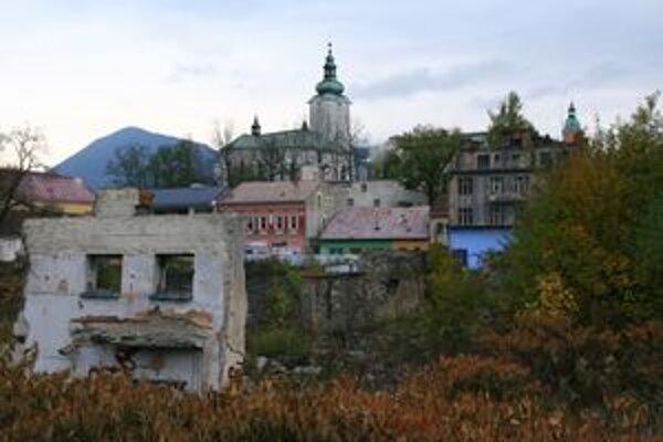 Pre stavbu ohradené územie kazí dojem z historického jadra mesta.