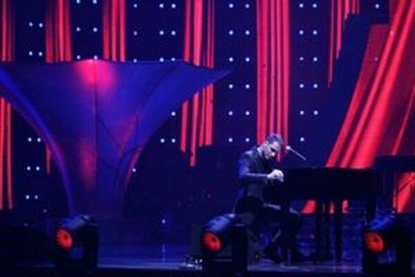 Keď zahrá na klavíri, behá vám mráz po chrbte a pýtate sa, kde bol doteraz. On však cestoval po svete.