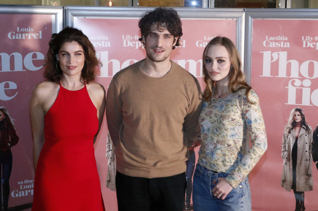 Laetitia s manželom,  hercom a režisérom Louisom Garrelom a Lily Rose Depp. Hrajú spolu vo filme Verní neverní.