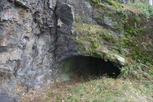 Vchod do jaskyne prezývanej Zlejkova diera.