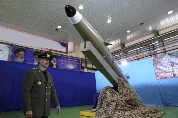 Iránsky minister obrany, generál Amír Hátamí kráča okolo rakety Fátih Mobín.