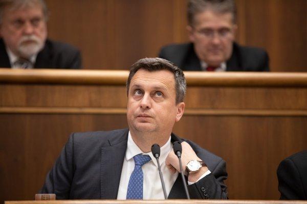 Poslanci neschválili ani návrh, aby plénum prijalo uznesenie, kde by vyjadrilo nesúhlas s prejavmi Andreja Danka, ktoré vzbudzujú rasovú a etnickú nenávisť.
