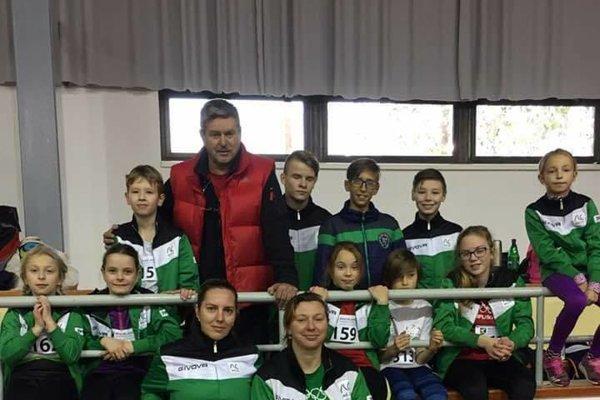Najmladší pretekári AC Nové Zámky so svojimi trénermi na pretekoch vbratislavskej hale Elán.