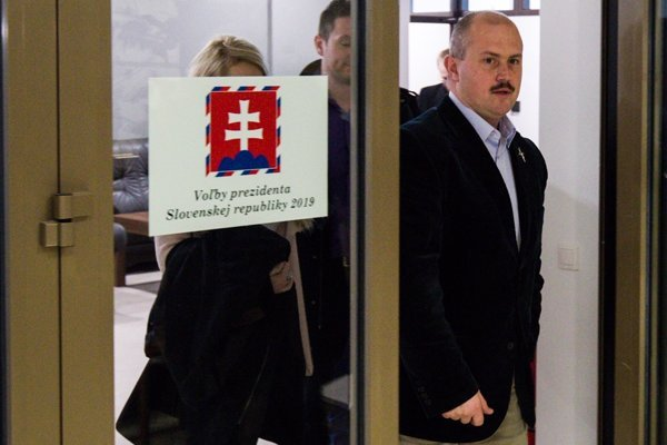 Marian Kotleba odovzdal podpisy na svoju prezidentskú kandidatúru.