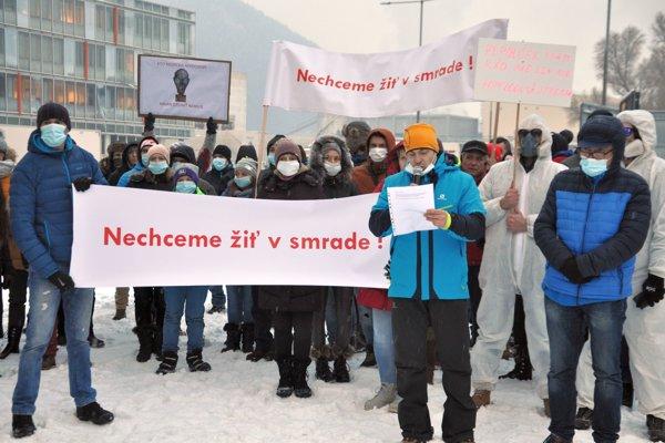 Na protest prišlo približne sto ľudí. Na tváre si symbolicky dali rúška. Prehovoril k nim Patrik Lupták, občiansky aktivista zo združenia Ochrana ovzdušia Dolného Liptova