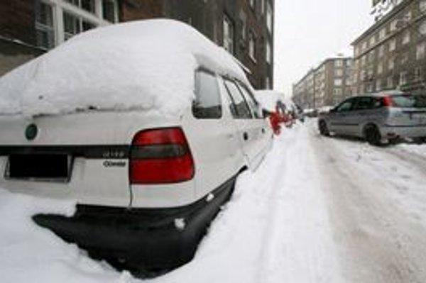 Autá,ktoré znemožňujú údržbu ciest, policajti odtiahnu.