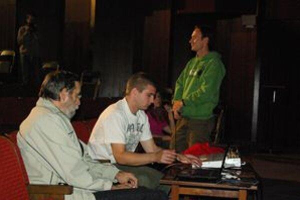 O jaskyniach v okolí Považskej Bystrice hovoril pútavo Bohuslav Kortman (vľavo), ktorý vystriedal cyklonadšenca Martina Belasa (vpravo), ktorý prezentoval cyklotrasy v okolí mesta.
