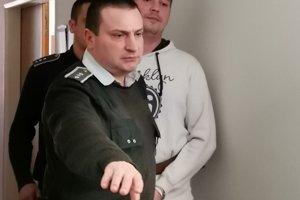 Je rozhodnuté, Miroslav odchádza zo súdu.