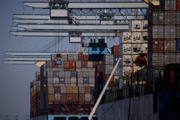 Loď s kontajnermi v prístave v Los Angeles.