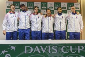 Slovenskí daviscupoví reprezentanti zľava, Norbert Gombos, Igor Zelenay, Filip Horanský, nehrajúci kapitán Dominik Hrbatý, Martin Kližan a Filip Polášek.