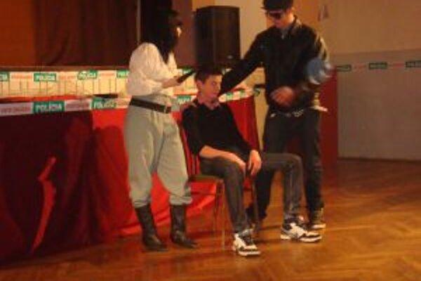 V predstavení vyšetrovali vraždu basy Estery.