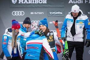 Petra Vlhová a Livio Magoni a otec Igor v cieli obrovského slalomu žien v Maribore.