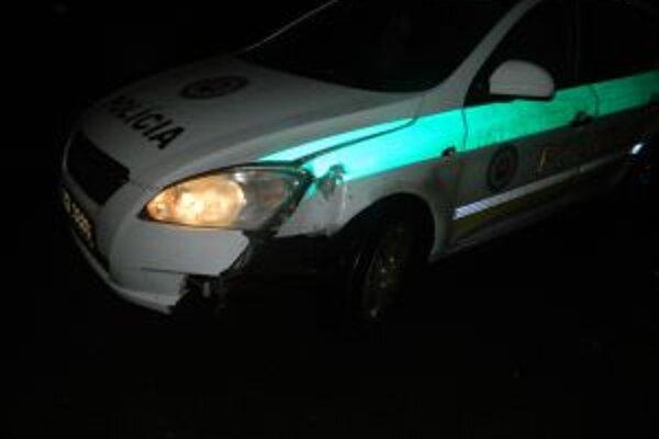 Pri dopravnej nehode bolo poškodené policajné auto. Ak máte o nehode informácie, oznámte ich polícii.