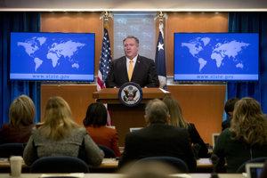 Na snímke minister zahraničných vecí Mike Pompeo oznamuje na tlačovej konferencii, že Spojené štáty odstupujú od Zmluvy o likvidácii rakiet stredného a kratšieho doletu.