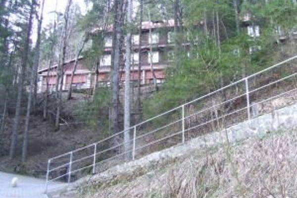 Vstup do jaskyne je v starej budove bývalého horského hotela, ktorý je už schátraný.