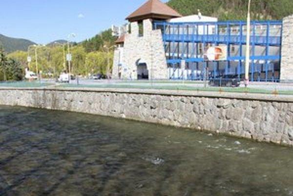 Neresisko rýb je len pár metrov od miesta, kde má vyrásť čerpacia stanica.