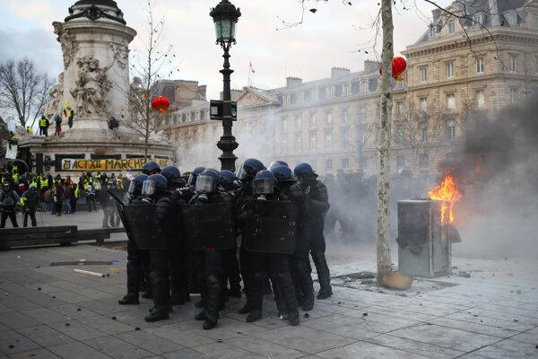 V Paríži sa demonštranti dostali do stretov z políciou.