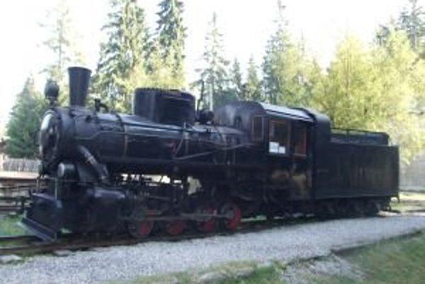 Parná úzkorozchodná lokomotíva KČ 4 je najvzácnejšou pýchou Považskej lesnej železničky v pribylinskom skanzene.