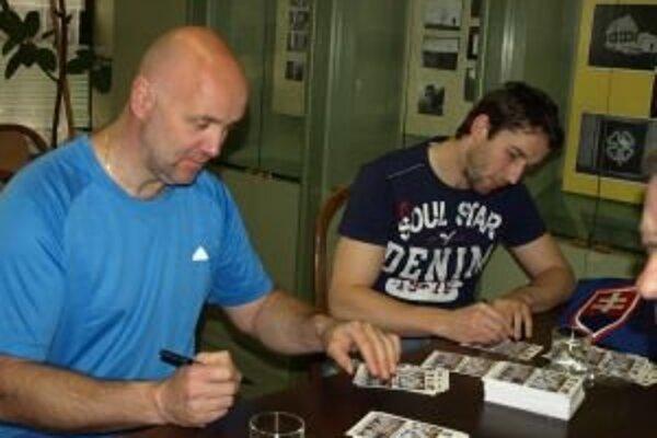 Jerguš Bača (vľavo) počas autogramiády s Jánom Lacom po návrate s majstrovstiev sveta v hokeji do Liptovského Mikuláša.