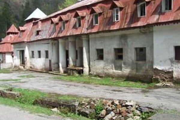 Schátrané budovy v kúpeľoch vyžadujú veľké investície na obnovu.