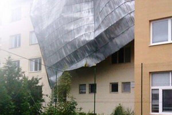 Časť strechy, ktorá visela z budovy strednej školy, museli odstrániť hasiči.