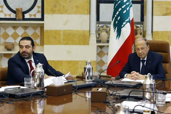 Libanonský prezident Michel Aún (vpravo) a libanonský premiér Saad Harírí počas prvého zasadnutia novej libanonskej vlády v prezidentskom paláci v Bejrúte.