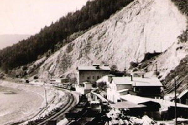 Kameň z lomu využívali pri výstavbe železnice.