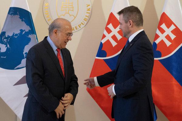 Premiér Peter Pellegrini (vpravo) a generálny tajomník OECD José Ángel Gurría (vľavo.)