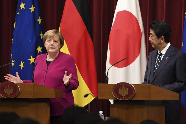 Nemecká kancelárka Angela Merkelová (vľavo) a japonský premiér Šinzo Abe (vpravo) na tlačovej konferencii po rokovaní v Tokiu.