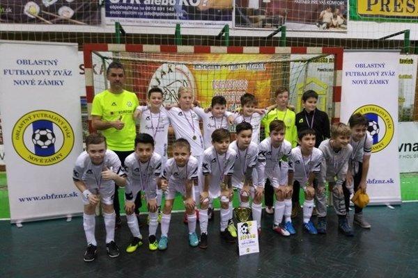 Víťazné družstvo chlapcov FKM Nové Zámky.