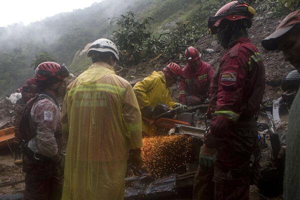 Záchranári pátrajú po obetiach po zosuve pôdy v Bolívii 2. februára 2019.