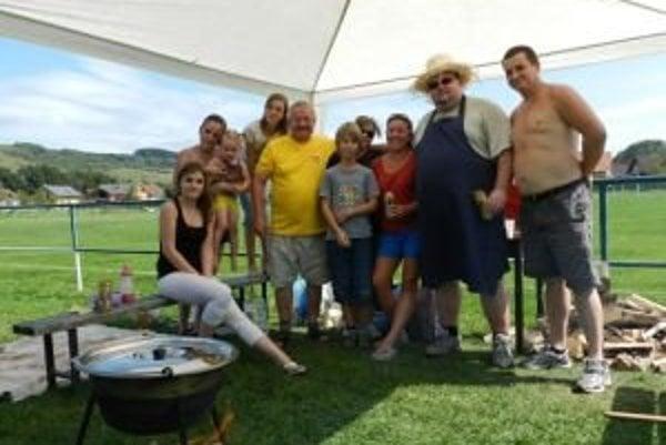 Na majstrovstvách vo varení gulášu sa stretávajú rodiny a priatelia.