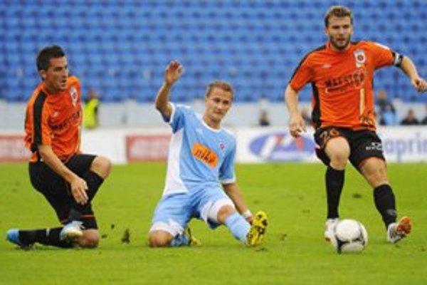 Tomáš Ďubek, na fotografii vpravo,  je nielen kapitánom, no i skutočnou oporou, hráčom, ktorý svojím výkonom dokáže strhnúť celý mančaft. ⋌