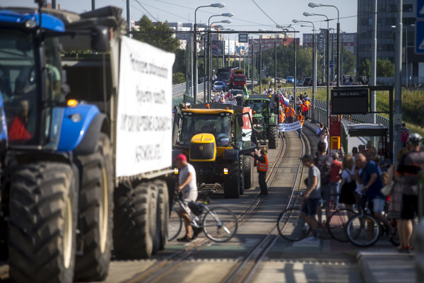 Protestujúci farmári na traktoroch v lete 2018.