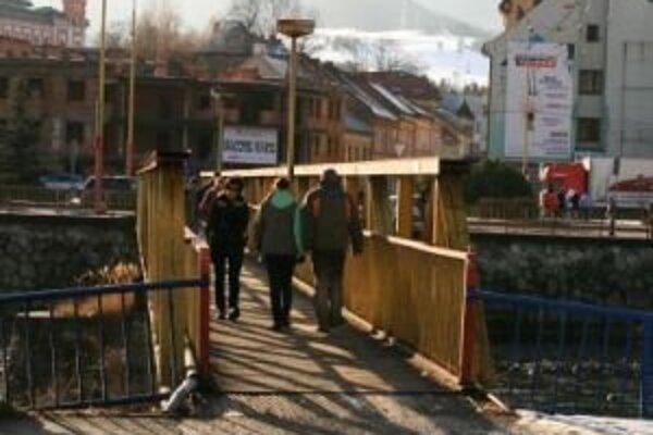 Jedným z meškajúcich projektov je výstavba kolonádneho mosta ponad Váh.