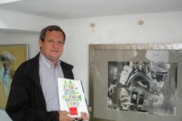 Štefan Packa pred svojou kolážou na Výtvarnom spektre v Trenčíne.