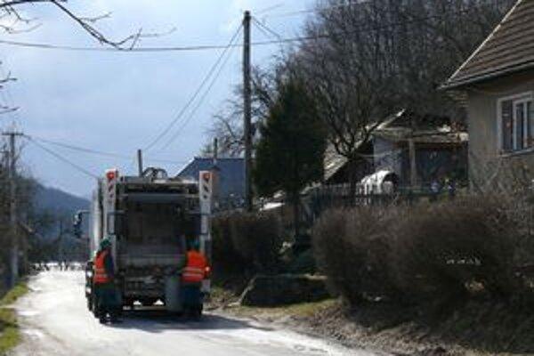 Pokosená tráva alebo konáre z drevín do kontajnerov na komunálny odpad nepatria.