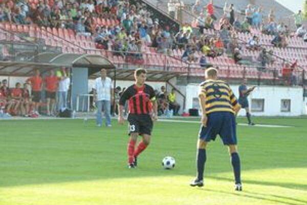 Novisedlák (vľavo) prihral na vyrovnávajúci gól Chovancovi.